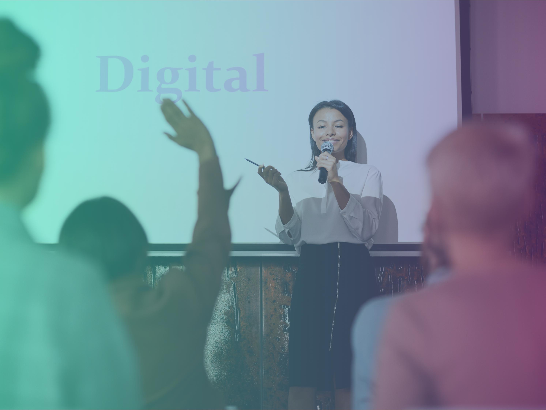 jeune femme tenant une conférence sur le digital